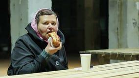 Senhora pobre que tem o almoço no festival da caridade, ajuda aos povos socialmente vulneráveis video estoque