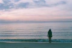 A senhora que anda ao longo da praia Imagens de Stock