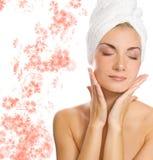 Senhora que aplica o moisturizer imagem de stock royalty free
