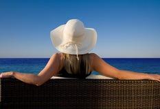 Senhora que aprecia uma vista perfeita ao oceano Imagens de Stock