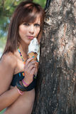 Senhora que come e que aprecia seu gelado Foto de Stock Royalty Free
