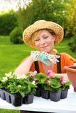 Senhora que descansa no jardim Imagem de Stock Royalty Free
