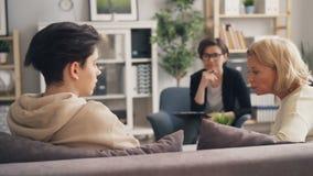 Senhora que discute o relacionamento com o filho adolescente quando psicólogo que dá o conselho filme