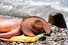 Senhora que encontra-se na praia Fotografia de Stock