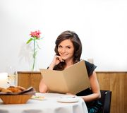Senhora que escolhe o alimento no restaurante fotos de stock royalty free