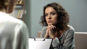 Senhora que escuta atentamente seu conselho do psychotherapist, saúde mental, esperança fotografia de stock royalty free