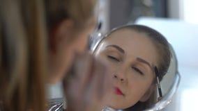 Senhora que faz toques do final em sua composição, feliz com sua beleza, reflexão filme