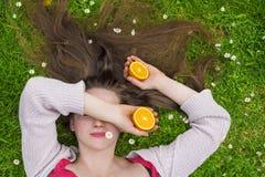 Senhora que guarda laranjas Fotos de Stock Royalty Free