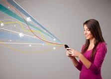 senhora que guardara um telefone com linhas coloridas Fotos de Stock Royalty Free