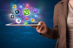 Senhora que guardara uma tabuleta com apps e ícones coloridos modernos Imagens de Stock