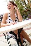 Senhora que senta-se em uma tabela 5 fotos de stock