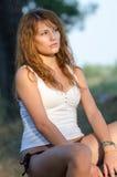 Senhora que senta-se na árvore inoperante, no biquini vestindo e na blusa Foto de Stock Royalty Free