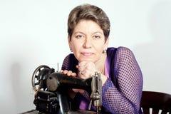 Senhora que sewing com a máquina de costura do vintage Imagens de Stock