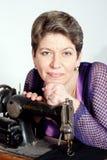Senhora que sewing com a máquina de costura do vintage Fotos de Stock Royalty Free