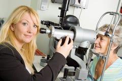 Senhora que tem a examinação do teste do olho Fotografia de Stock