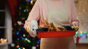 Senhora que toma a galinha roasted da tabela, preparações para o Xmas com família filme