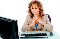 Senhora que trabalha em seu escritório fotografia de stock royalty free