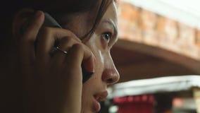 Senhora que usa o telefone celular para comunicar-se filme