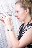 Senhora que verifica a visão através do pupilometer Fotos de Stock Royalty Free