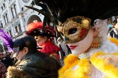 Senhora que veste uma máscara Fotos de Stock Royalty Free