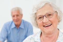 Senhora sênior de sorriso com marido Foto de Stock