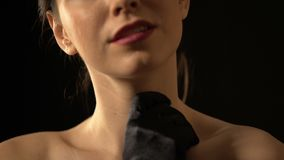 Senhora sedutor nas luvas pretas que afagam o corpo despido, prostituta na casa picante vídeos de arquivo