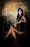 Senhora sensual com penteado criativo no interior luxuoso do vintage Imagens de Stock
