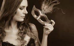 Senhora sensual que guarda a máscara do carnaval Imagem de Stock Royalty Free