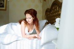 Senhora 'sexy' bonita do redhair na cuecas e no peignoir brancos elegantes Retrato da forma do modelo dentro Mulher da beleza com imagens de stock royalty free
