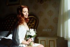 Senhora 'sexy' bonita do redhair na cuecas e no peignoir brancos elegantes Retrato da forma do modelo dentro Mulher da beleza com fotografia de stock royalty free