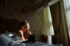Senhora 'sexy' bonita do redhair na cuecas e no peignoir brancos elegantes Retrato da forma do modelo dentro Mulher da beleza com imagem de stock royalty free