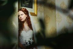 Senhora 'sexy' bonita do redhair no vestido de casamento branco elegante Retrato da forma do modelo dentro Mulher da beleza que s imagem de stock