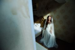 Senhora 'sexy' bonita do redhair no vestido de casamento branco elegante Retrato da forma do modelo dentro Mulher da beleza que s imagem de stock royalty free