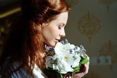 Senhora 'sexy' bonita do redhair Retrato da forma do modelo dentro Noiva da mulher da beleza com flores fotos de stock