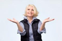 Senhora surpreendida alegre entusiasmado adulta idosa do louro que sorri, rindo foto de stock royalty free