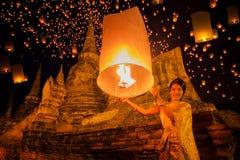 A senhora tailandesa aprecia o festival do yeepeng Imagem de Stock Royalty Free