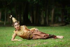 Senhora tailandesa bonita no vestido tradicional tailandês do drama Fotografia de Stock