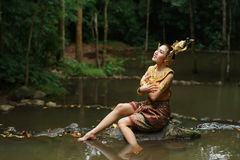 Senhora tailandesa bonita no vestido tradicional tailandês do drama Fotografia de Stock Royalty Free