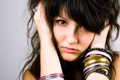 Senhora triguenha nova com braceletes fotos de stock