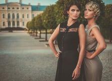 Senhoras bem vestidos em um parque bonito fotos de stock