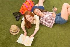 Senhoras bonitas do turista que encontram-se na grama verde Fotografia de Stock