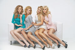 Senhoras bonitos louras no sofá Foto de Stock Royalty Free