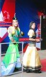 Senhoras desconhecidas em trajes nacionais no festiv da película Imagens de Stock