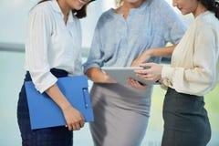 Senhoras do negócio com tablet pc Foto de Stock