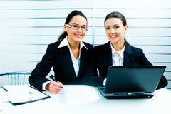 Senhoras do negócio no trabalho Imagens de Stock