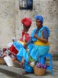 SENHORAS EM VESTIDOS COLORIDOS, HAVANA, CUBA Imagens de Stock