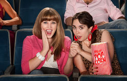 Senhoras espantadas no teatro Imagem de Stock