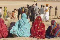 Senhoras indianas em saris brilhantemente coloridos foto de stock royalty free