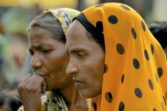 Senhoras indianas que olham seriamente, Bijapur, Índia imagens de stock
