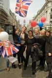 Senhoras novas que comemoram o casamento real, Londres imagem de stock
